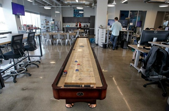 Highfive_shuffleboard_table